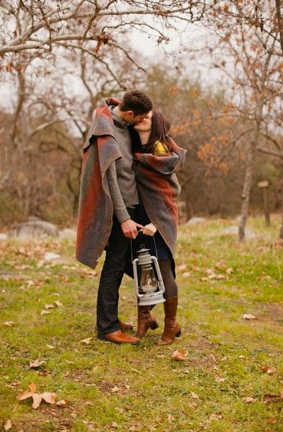 Cute idea for a fall engagement shoot / Romance - Juxtapost