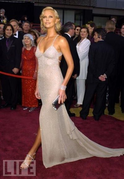Charlize Theron in Gucci (Oscars 2004) / movie time ...  Charlize Theron...