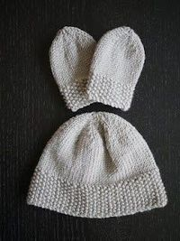 Knitting for newborns: Simple hat and mitts set
